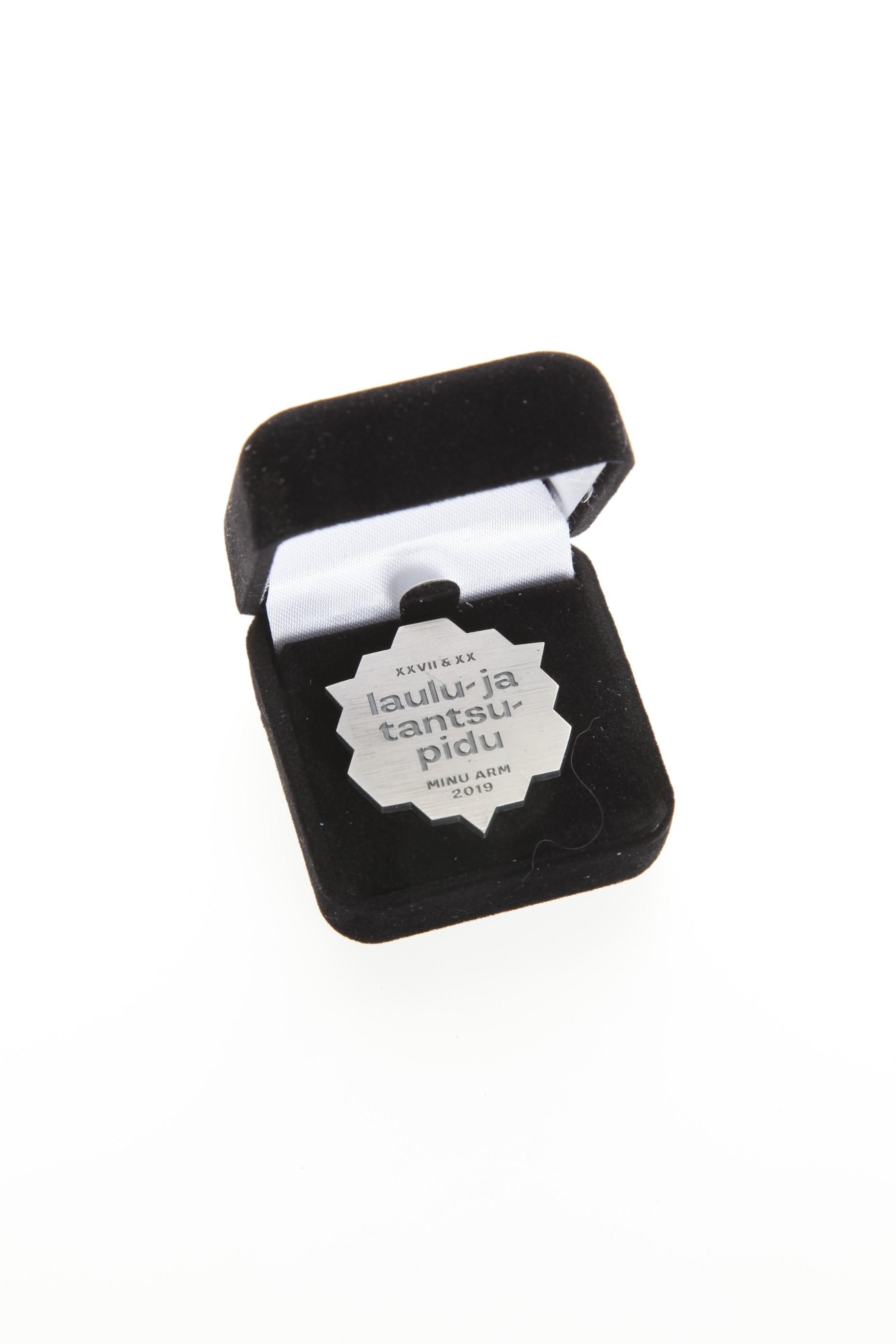 Юбилейный нагрудный значок из серебра